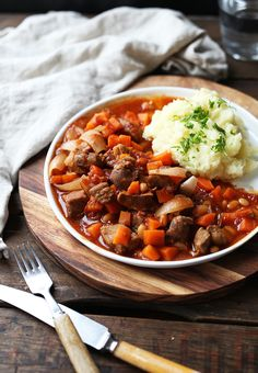 Klassisk lammegryte med potetmos Chana Masala, Ethnic Recipes, Food, Essen, Meals, Yemek, Eten