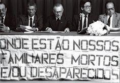 Dom Paulo Evaristo Arns (ao centro) em ato de pressão para a ditadura revelar paradeiro de desaparecidos<br />Foto Miguel Cavalcanti