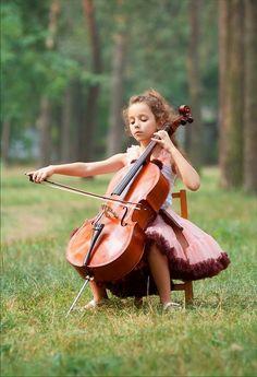 弦楽器を弾く人は、こころやさしいと言われる。 自然と一体になるのが大好きであるようだ。