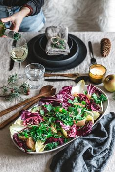 Ein knackiger, bittersüßer Wintersalat mit Portulak, Grünkohl, Radicchio, Chicoree, Grapefruit, Granatapfel und einer süßen Dattel-Vinaigrette.  #vegetarisch #vegetarischessen #vegetarischkochen #vegetarischeküche #vegetarischerezepte #lecker #kösltich Vinaigrette, Eat This, Xmas Food, Salad Dressing, Grapefruit, Salads, Healthy Recipes, Vegan Salad Dressings, Vegane Rezepte