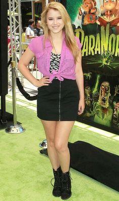 Taylor Spreitler apostou no look rock girlie ao combinar coturno, camisa pink e estampa de oncinha!