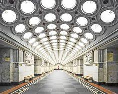 1935-te açılan Moskova Metrosu Sovyet propaganda projesi olarak tasarlandı.