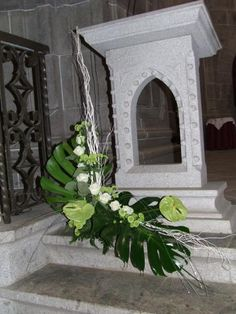 Church flowers that make a definite statement. They accent the structure there not hide it. Very nice example. Large Floral Arrangements, Church Flower Arrangements, Church Flowers, Flower Centerpieces, Altar Decorations, Flower Decorations, Wedding Decorations, Church Interior Design, Gerbera Flower