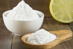 You can say goodbye to dandruff with one simple ingredient that can be found in your kitchen—LEMON! Here is how to use lemon for dandruff treatment, have a look Natural Cancer Cures, Natural Cures, Natural Health, Weight Loss Detox, Lose Weight, Remove Sweat Stains, Dark Elbows, Famous Drinks, Baking Soda And Lemon