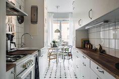 Узкая кухня и круглый стол