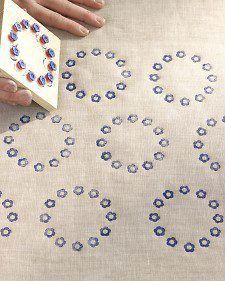 fabric stamping In daily life, we only need to spend a little thought, we can use a lot of useless things for secondary use, turning waste into treasure. DIY into a personalized photo Block Painting, Fabric Painting, Stamp Printing, Printing On Fabric, Block Print Fabric, Diy And Crafts, Arts And Crafts, Diy Cadeau, Fabric Stamping