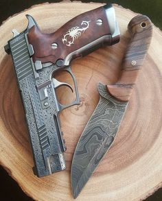Fully engraved Sig Sauer and a matching damscus knife. Weapons Guns, Guns And Ammo, Armas Ninja, Custom Guns, Custom 1911, Shooting Guns, Cool Guns, Paladin, Firearms