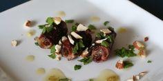 Dadler med bacon som forret er en succes hver gang. http://www.webopskrifter.dk/madopskrifter/6791/