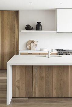 Madera y blanco en la cocina