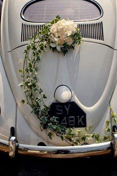 décoration voiture mariage florale raffinée guirlande fleurs roses blanches plantes grimpantes véhicule rétro vintage #wedding #style #cars #decoration