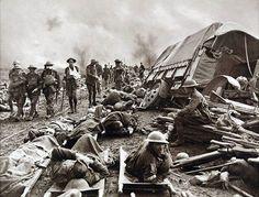 Soldati britannici feriti al coperto durante la la terza battaglia di Ypres nel 1917