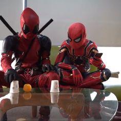 "Deadpool performs ""magic"" for spider man What a childish trick😅<br> Deadpool Fan Art, Deadpool Funny, Deadpool And Spiderman, Deadpool Movie, Deadpool Quotes, Deadpool Tattoo, Deadpool Costume, Dc Memes, Funny Cartoons"