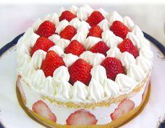 赤い帽子の少女:期間限定ケーキ。周りにハーフカットした苺を飾りつけ、中に生クリームをたっぷり。  苺と生クリームをトッピングした豪華なケーキです