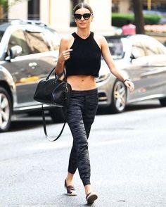 Miranda Kerr com top cropped e calca jogging