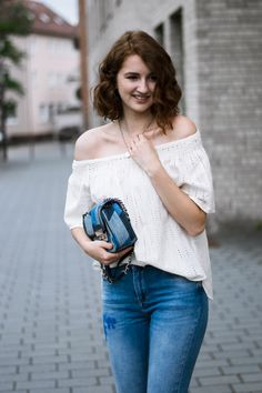 Fashionblogger Outfit bestickte Jeans Michael Kors Longbob rote Haare Offshoulder H&M