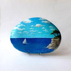 Peinture sur galet, bord de mer et voilier