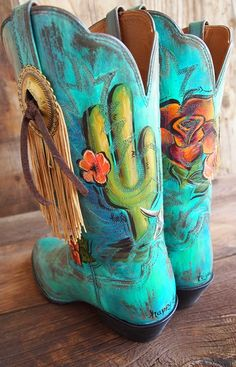 When artist Amanda Richardson opened an Etsy shop at age 18, her hand-painted leather accessories drew lots of attention, but none to the effect of her first pair of custom painted boots.Inundated with requests, Amanda now takes custom boot orders one at a time through her new business,HD West.