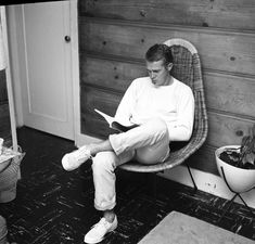 Larry Barbier Black and White Photograph - Steve McQueen Reading at Home Fine Art Print Black And White Portraits, Black And White Photography, Steeve Mcqueen, Cincinnati Kids, Steve Mcqueen Style, The Towering Inferno, Was Ist Pinterest, Reading At Home, Best Sneakers