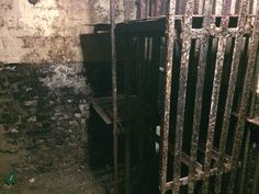 Hidden Cells of Newgate Prison – London, United Kingdom Abandoned Prisons, Abandoned Houses, Abandoned Places, Prison Life, Prison Cell, Victorian Prison, Forest Hotel, London United Kingdom, Gallows