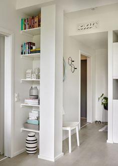 Cómo sacarle partido a un mini apartamento para que te queda todo Hallway Inspiration, Interior Inspiration, Interior Ideas, Oslo, Small Apartments, Small Spaces, Boho Deco, Cute Furniture, Library Shelves