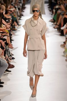 See All the Looks from the Spring 2019 Max Mara Show – Sky Max Records Womens Fashion Casual Summer, Spring Fashion Trends, Black Women Fashion, Womens Fashion For Work, Fashion Week, Curvy Fashion, Fashion Fashion, Cheap Fashion, Fashion Styles