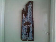 Silhueta de casal feita em quadro de fios em madeira rústica aproveitada de demolição.
