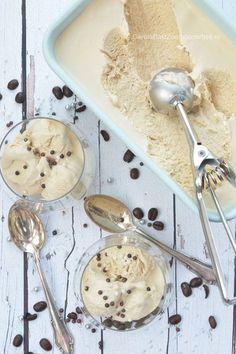 Tiramisu koffie-ijs zonder roeren en zonder machine! Eenvoudiger kan niet. Dit ijs is echt goddelijk. Het is vrij zondig, maar liever een klein bolletje van dit ijs dan... nou ja van dat ijs dat niet zo lekker is. No turn tiramisu icecream, really delicious en easy to make without machine. Gourmet Desserts, Frozen Desserts, No Bake Desserts, Gourmet Recipes, Dessert Recipes, Summer Ice Cream, Love Ice Cream, Yummy Snacks, Yummy Food