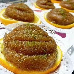 İrmik Helvası Tarifi nasıl yapılır tam kıvamında Bu helva bir başka, öyle tane tane dökülmüyor, soğuyunca da yumuşacık kalıyor, benim gibi yumuşak, yapış yapış irmik helvası sevenler bunu denemeli Easy Desserts, Delicious Desserts, Dessert Recipes, Halvah Recipe, Best Vegan Recipes, Turkish Recipes, Food Design, Cooking Time, Food Hacks