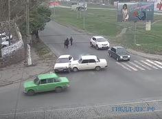"""(Видео) ТРИ """"ЛАДЫ"""" ПОПАЛИ В КУРЬЕЗНОЕ ДТП НА ПЕРЕКРЕСТКЕ (16.11.2017)   Так, одна из машин тянула на буксире другую. В какой-то момент автомобиль потерял управление и выехал на пешеходный переход, где, к счастью, не было людей. Затем этот автомобиль въехал в третью """"Ладу"""","""