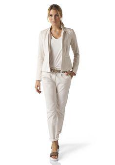 Tolles Outfit für einen schmalen H - Typ. Heller, frischer Eindruck, tiefergesetzte Taille und kurze Jacke, die über dem Hüftknochen endet. Blazer aus reiner Bio-Baumwolle