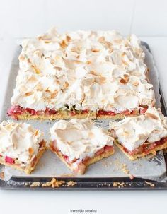 shortbread cake with rhubarb, raspberry jam and meringue Shortbread Cake, Meringue, I Foods, Feta, Camembert Cheese, Raspberry, Gluten Free, Baking, Dinner