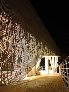 Screenpanel en MUSEVI de Hunter Douglas Hunter Douglas, Facade Design, Wall Design, Mall Facade, Metal Cladding, Facade Lighting, Cozy Cafe, Unique Flooring, Perforated Metal