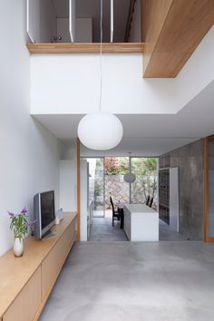 Cette habitation pour 3 personnes se trouve dans la région d'Hiroshima au Japon. Elle est le fruit du travail du studio d'architecture Yutaka Yoshida Architect & Associates. Edifiée sur un petit terrain, les architectes ont utilisé la hauteur pour maximiser l'espace et combiner avec brio les interactions entre intérieur et extérieur. Le béton et le bois donnent à la maison une touche de modernité, ces deux matériaux se combinent parfaitement pour donner une sensation de bien-être...