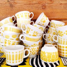 Retro Home Decor Vintage Cups, Retro Vintage, Yellow Cottage, Retro Home Decor, Scandinavian Design, Hygge, Interior Decorating, Pottery, House Design