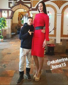 Yekaterina Viktorovna Lisina, is a Russian model and former basketball player. She currently holds 2 Guinness World Records for the woman with the longest legs, and for the tallest professional model. Tall Women Fashion, Girl Fashion, Women In Russia, Tall People, Giant People, Long Tall Sally, Beach Bunny, Russian Models, Tall Guys