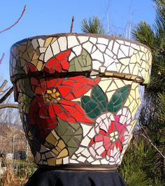I like the little detail of adding bits of tile under the pot rim. Mosaic Planters, Mosaic Garden Art, Mosaic Vase, Mosaic Flower Pots, Mirror Mosaic, Mosaic Diy, Mosaic Crafts, Mosaic Projects, Mosaic Ideas