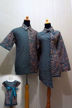 Untuk pesan jahit dengan model batik Model: Sarimbit Batik Blouse Kerah Pita – SBKP (PO 2 Minggu) Dress: 120.000 Hem: 100.0000 Anak: tergantung besar badan anak