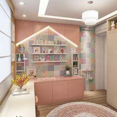 Quarto de Menina   Um delicado quarto que projetamos para a linda Julinha. ⠀⠀⠀⠀⠀⠀ ⠀⠀⠀ ⠀ ⠀ Conceito lúdico com armários em forma de casinha e um papel de parede estilo patchwork com muita suavidade.  Depositamos amor em cada detalhe!   Muito fofo né?!