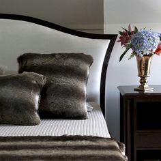 A almofada Siberia possui um toque extremamente macio e confortável, perfeita para ambientes aconchegantes. Ideal para complementar decorações rústicas ou clássicas, ela fica ainda mais charmosa quando é combinada a outras almofadas e mantas da mesma linha! Shop online> http://www.lolahome.com.br/almofada-siberia-50-x-50-719.aspx/p