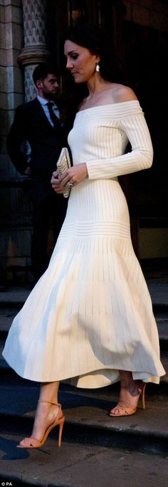 La duchesse de Cambridge porte une robe audacieuse pour les prix