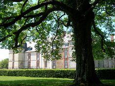 """""""  Le château de Réveillon de Mme Lemaire, où Proust fit deux longs séjours en 1894 et 1895. Ce lieu inspira des pages de Jean Santeuil et La Raspelière de Madame Verdurin."""""""