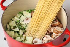 Výborný recept na pravé italské těstoviny, které uspokojí i ty nejnáročnější gurmány! Famózní krémové špagety s cuketou a žampióny! -