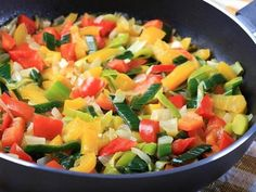 6 Ways to eat and cook to keep all of the vegetable nutrients - Granny's Tips Pan Frito, Cilantro, Eat Smarter, Nutrition Tips, Fruit Salad, Cantaloupe, Nom Nom, Curry, Food Porn