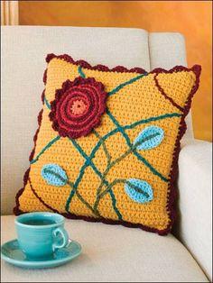 tığ işi büyük çiçek motifli örgü yastık kılıfı modeli