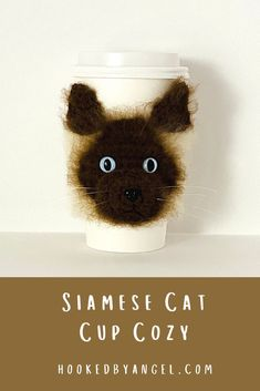 Can you handle the cuteness of this realistic Siamese cat crochet cozy pattern?! Picture yourself walking around town, sipping a warm beverage with this purr-fectly adorable cat cozy on your cup! You will be the envy of anyone who is cat obsessed and will never have so much fun crocheting! Cat Crochet, Crochet Cat Pattern, Crochet Cozy, Crochet Patterns, Crochet Ideas, Free Crochet, Cat Lover Gifts, Cat Gifts, Cat Lovers