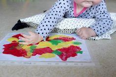 Jolie petite Doucette n'en est pas à son premier essai de peinture propre. L'activité lui plait bien, c'est assez facile à mettre en place et ça ne tâche pas, je lui propose donc parfois ce petit jeu d'éveil sensoriel. Voici sa version automne! Matériel utilisé: · Peinture type gouache (j'ai utilisé la peinture à doigts Giotto be-bè) · Une feuille de papier A4 · Une pochette transparente · Du scotch L'idée consiste à faire quelques gros points de peinture sur la feuille, avant d'insérer…