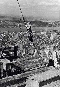Amazing photos taken during the construction of the Empire State Building. The Empire State Building is a landmark Art Deco skyscraper in New York City at the intersection of Fifth Construction Worker, Under Construction, Construction Images, Old Pictures, Old Photos, Vintage Photos, Empire State Building, Classic Photographers, Lewis Hine