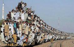 В Индии люди буквально ездят на поезде :)))