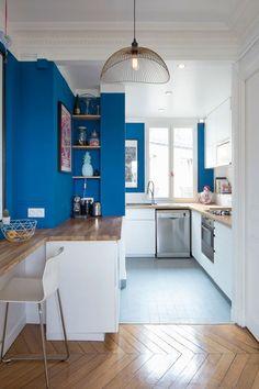 Comptoir, niches intégrées, grand surface de plan de travail, dans cette petite cuisine ouverte tout y est !