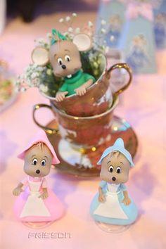 Nossos personagens em biscuit ajudam a realçar a decoração com o toque infantil que toda criança adora!